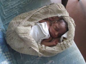 Serahs Baby schläft friedlich im Bilum